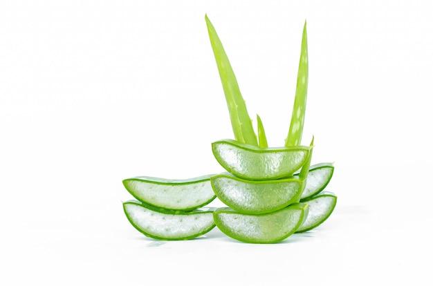 Plak aloë vera vers blad geïsoleerd op witte achtergrond