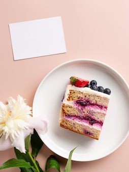 Plak bosbessencake pioenbloem en blanco kaart