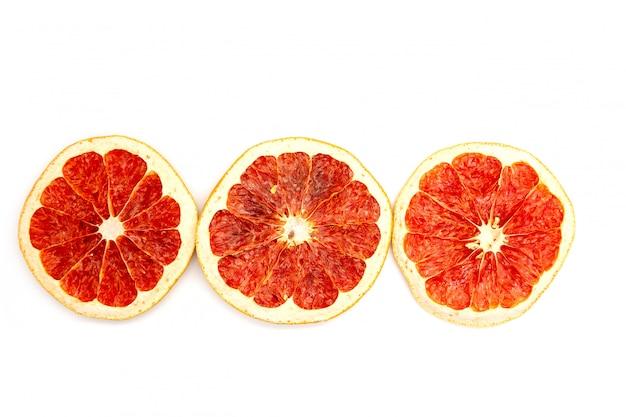 Plak drie van droog grapefruitclose-up op witte achtergrond