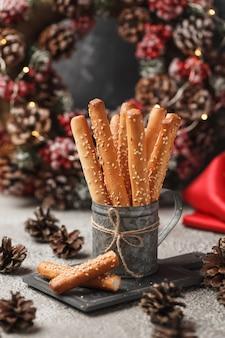 Plak groot brood in het italiaansbroodstengels met sesam nieuwjaar