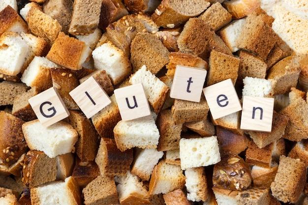 Plak van beschuitbrood met het concept van de glutentekst