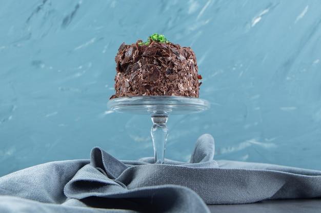Plak van chocoladecake op glasplaat.