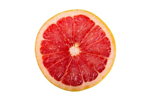Plak van grapefruit op wit wordt geïsoleerd dat