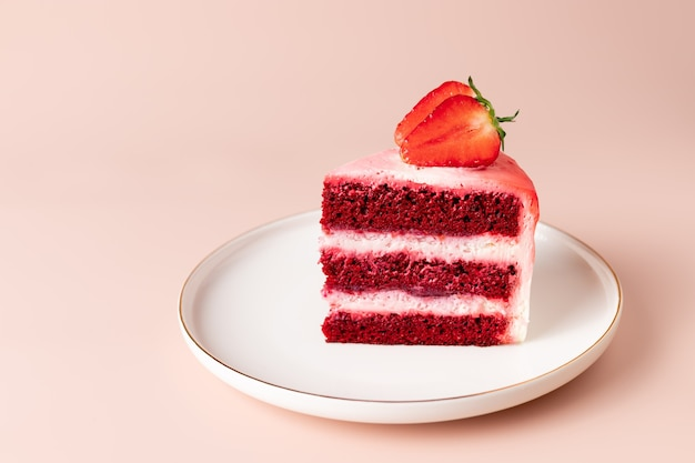 Plak van red velvet cake met verse aardbeien heerlijk dessert