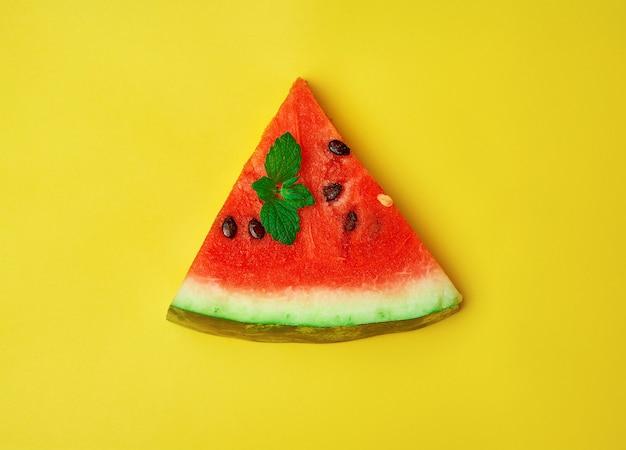 Plak van rijpe rode watermeloen met zaden