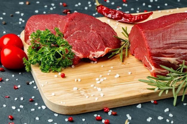 Plak van ruwe rundvleesfilet op houten raad