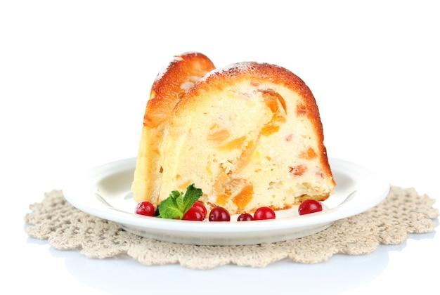 Plak van smakelijke zelfgemaakte cake met bessen, geïsoleerd op wit