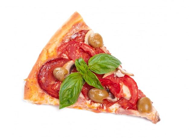 Plak van verse pizza met pepperonis die op witte achtergrond wordt geïsoleerd