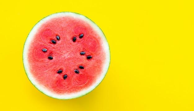 Plak van watermeloen op gele achtergrond. kopieer ruimte