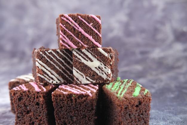 Plak van zelfgemaakte brownie op plaat op tafel