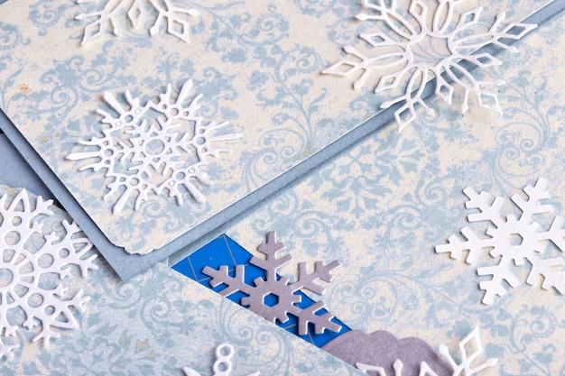 Plakboek. kerstmisachtergrond - scrappaper en sneeuwvlokken.
