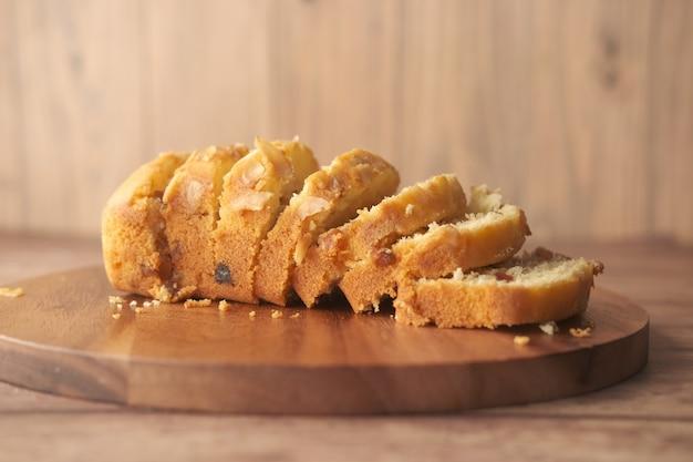 Plakje bakkerij fruitcake op snijplank