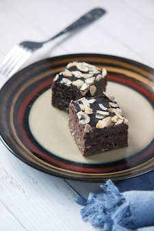 Plakje brownie op bord op tafel