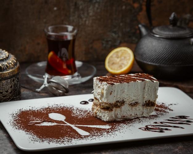 Plakje cake met cacaopoeder