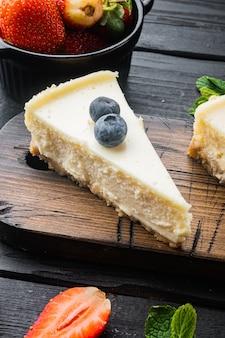 Plakje cheesecake met aardbeien, bosbessen en munt