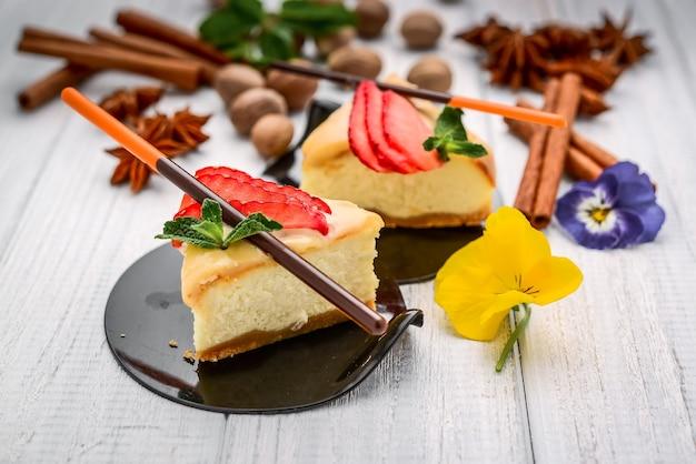 Plakje cheesecake met bessen
