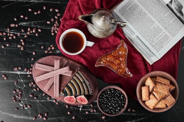 Plakje chocoladetaart met crackers en confituur.