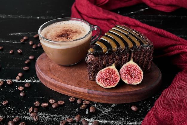 Plakje chocoladetaart met een kopje koffie.