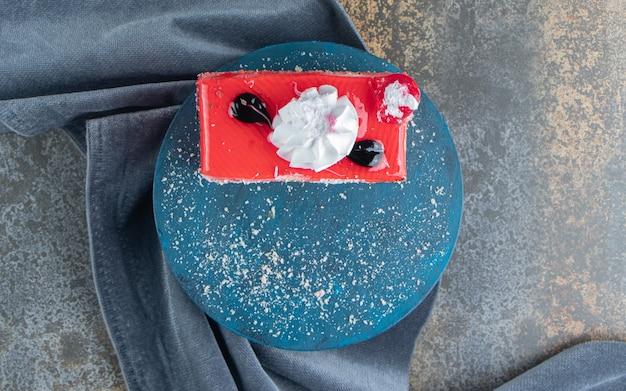 Plakje fruitcake op blauw bord