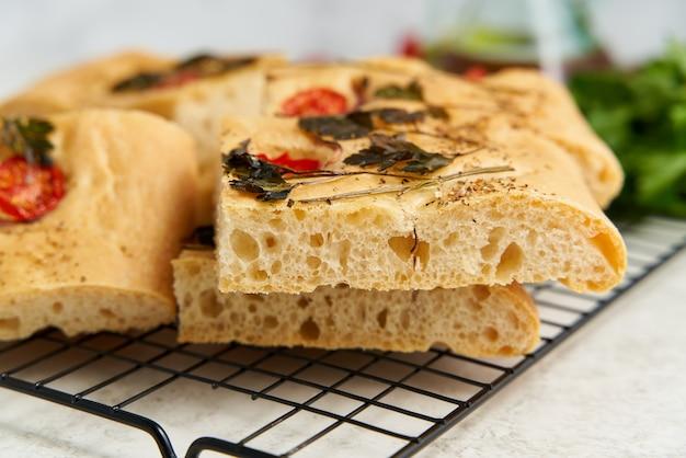 Plakje gehakte focaccia pizza gesneden plat brood met groenten zijaanzicht close-up