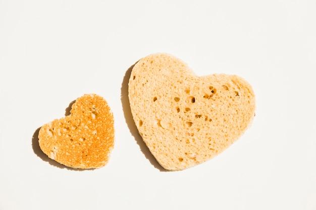 Plakje geroosterd brood met hartvorm