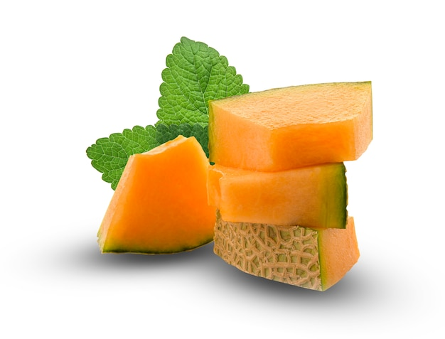 Plakje japanse meloenen, oranje meloen of kantaloepmeloen met zaden die op witte achtergrond worden geïsoleerd