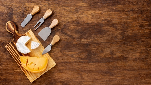 Plakje kaas met accessoires en kopie ruimte