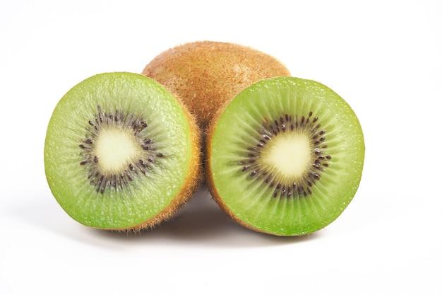 Plakje kiwi's en verse kiwi op witte achtergrond