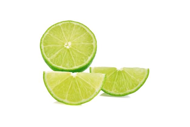 Plakje limoen. vruchten die op witte achtergrond worden geïsoleerd.