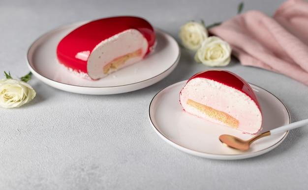 Plakje mousse cake op witte plaat