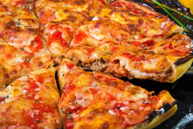 Plakje pizza kaas korst zeevruchten topping saus Premium Foto