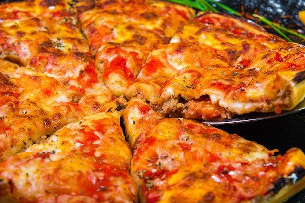 Plakje pizza kaas korst zeevruchten topping saus