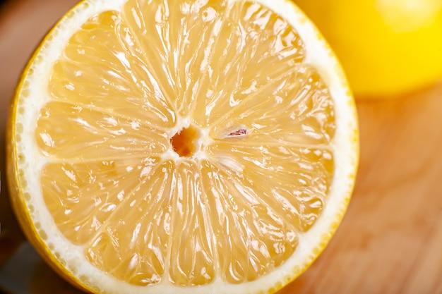 Plakje sappige rijpe citroen close-up macro achtergrond