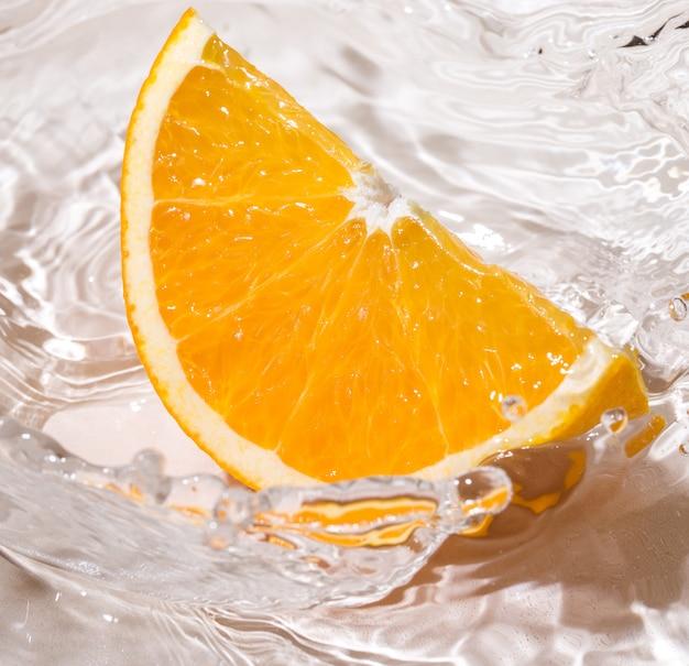 Plakje sinaasappel in water
