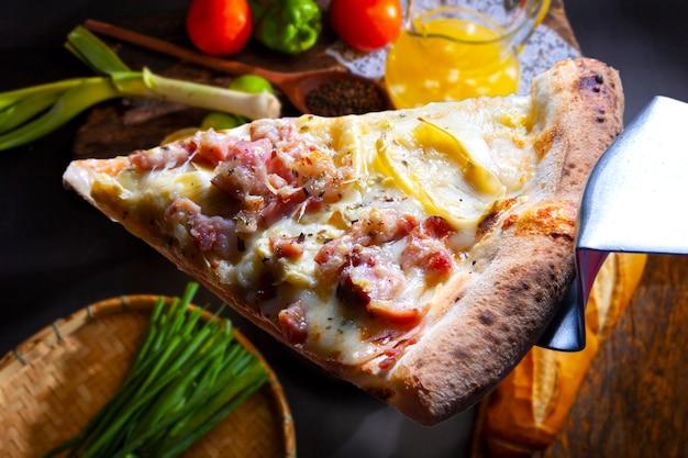 Plakje smeltende mozzarella pizza