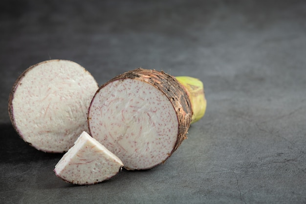 Plakje taro op tafel