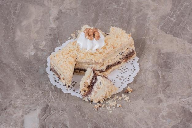 Plakje zelfgemaakte cake op marmeren tafel.