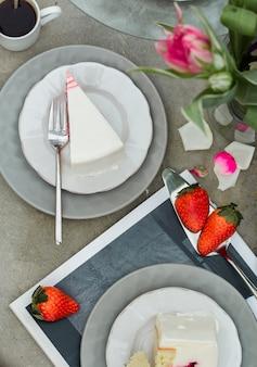 Plakjes aardbei cake dessert met tulpen bloemen.
