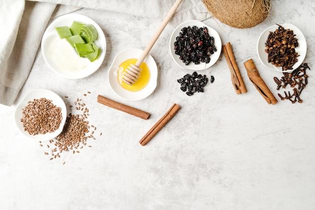 Plakjes aloë vera en zaden bovenaanzicht
