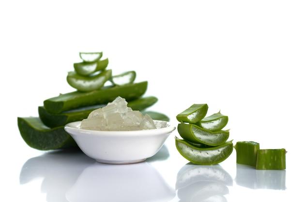 Plakjes aloë vera vertrekken en aloë vera-gel in een kom. aloë vera is een zeer nuttig kruidengeneesmiddel voor huidverzorging en haarverzorging.