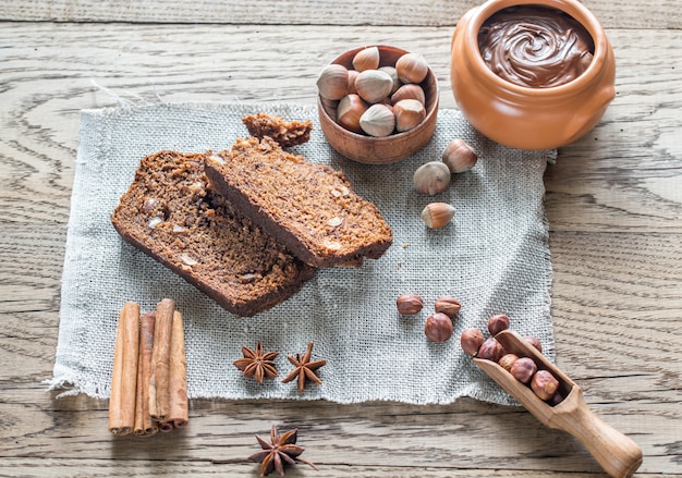 Plakjes banaan-chocoladebrood met chocoladeroom