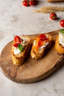 Plakjes bruschetta op een houten bord