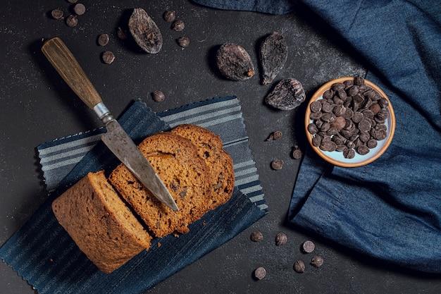 Plakjes cake en chocoladeschilfers