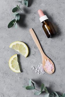Plakjes citroen en badzout