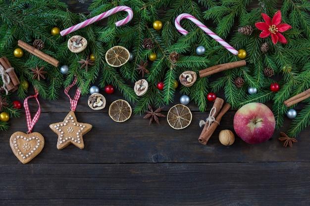 Plakjes citroen, walnoten, kegels en snoepjes in de vorm van stokjes, speelgoed in de vorm van hart en ster