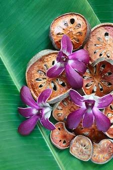 Plakjes droog bael-fruit op bananenblad.