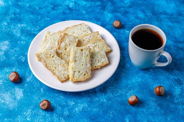 Plakjes droog brood met hazelnoten.