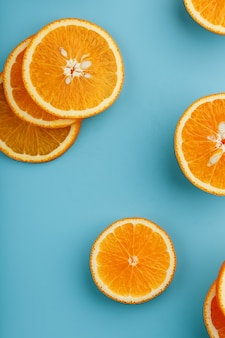 Plakjes en plakjes sinaasappelpulp op een helder blauw