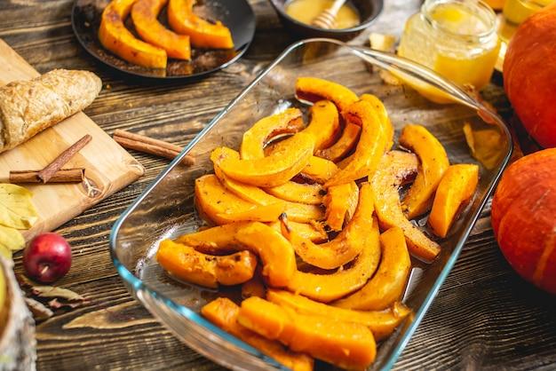 Plakjes gebakken oranje pompoen met honing en kaneel