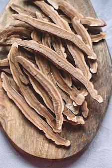 Plakjes gedroogde lingzhi-paddenstoel ook wel reishi genoemd